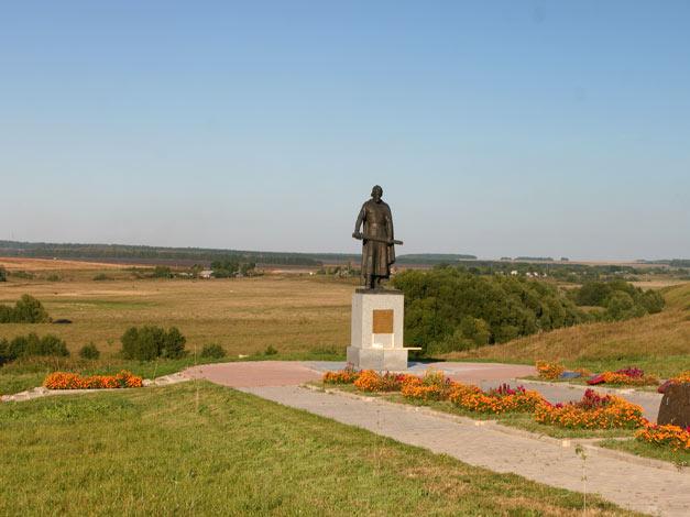 Памятник Великому  Московскому князю Дмитрию Ивановичу Донскому в селе Монастырщина