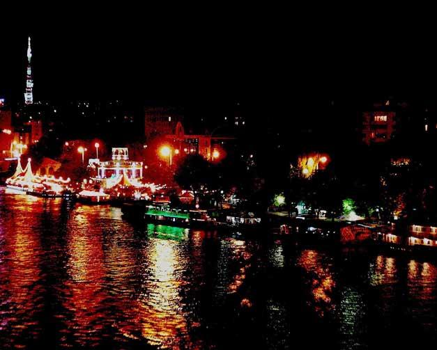 Река и город. Ночь.