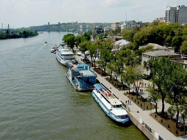 Река и город. День.
